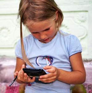 Bimbi: con smartphone e tablet aumenta il rischio di miopia